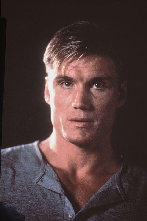 Chris (Dolph Lundgren) trägt ein schweres Schicksal: Er musste als Kind mitansehen, wie seine Eltern von einem Samurai-Killer ermordet wurden ...