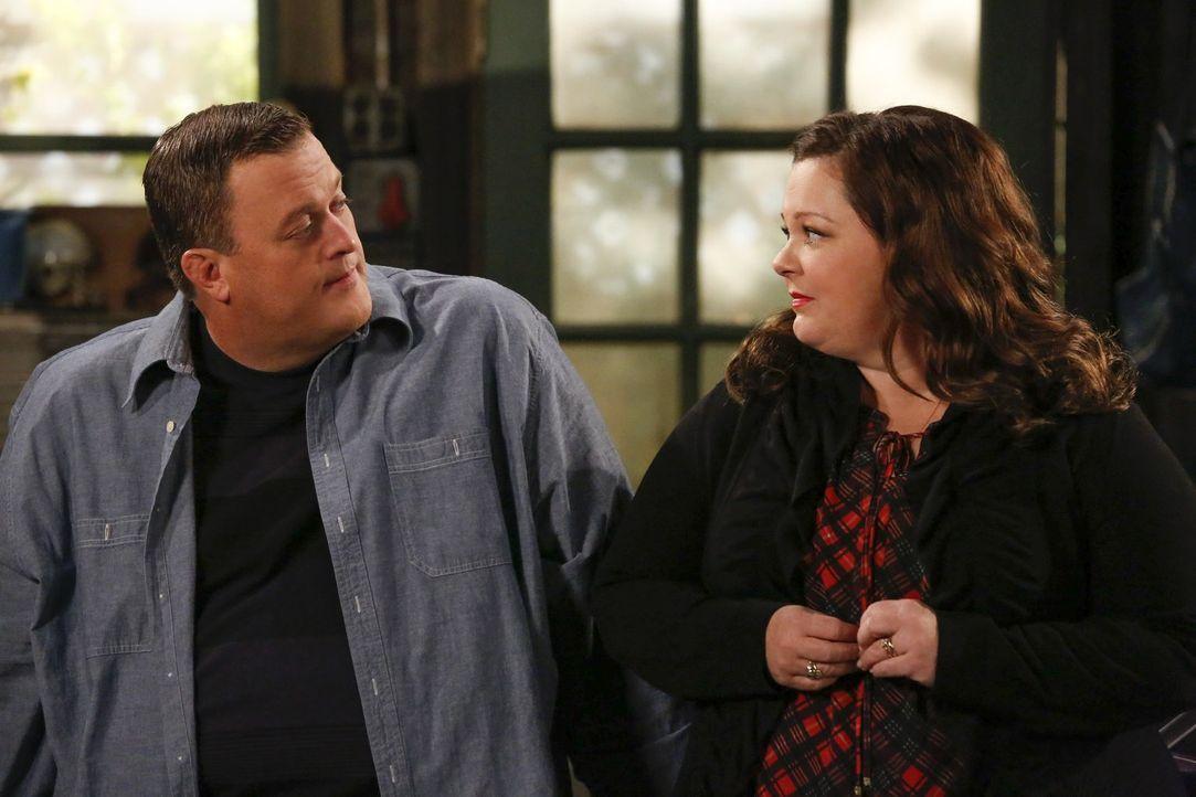 Acht Wochen sind vergangen und Molly (Melissa McCarthy, r.) kehrt mit guten Nachrichten zu Mike (Billy Gardell, l.) nach Hause zurück ... - Bildquelle: Warner Brothers