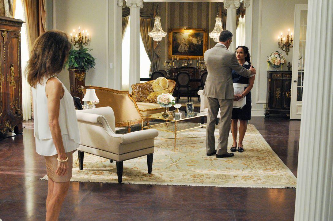 Genevieves (Susan Lucci, l.) Bruder Henri (Richard Burgi, M.) kommt zu Besuch, sehr zum Leid von Zoila (Judy Reyes, r.), denn vor Jahren hat Henri i... - Bildquelle: ABC Studios