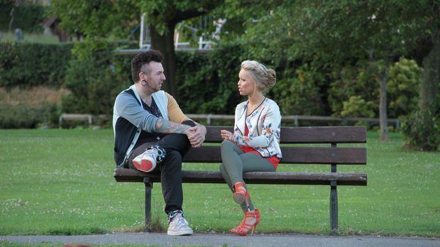 Katie Piper (r.) trifft den verzweifelten Callum (l.), der sich eingestehen m...