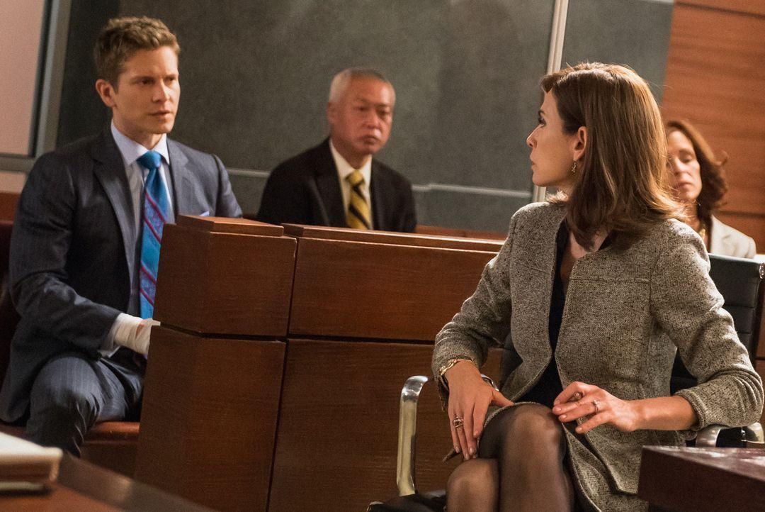 Während Cary (Matt Czuchry, l.) um seine Freiheit kämpft, kämpft Alicia (Julianna Margulies, r.) gegen die Gerüchte, sie würde für das Amt als Gener... - Bildquelle: Jeff Neumann 2014 CBS Broadcasting Inc. All Rights Reserved.