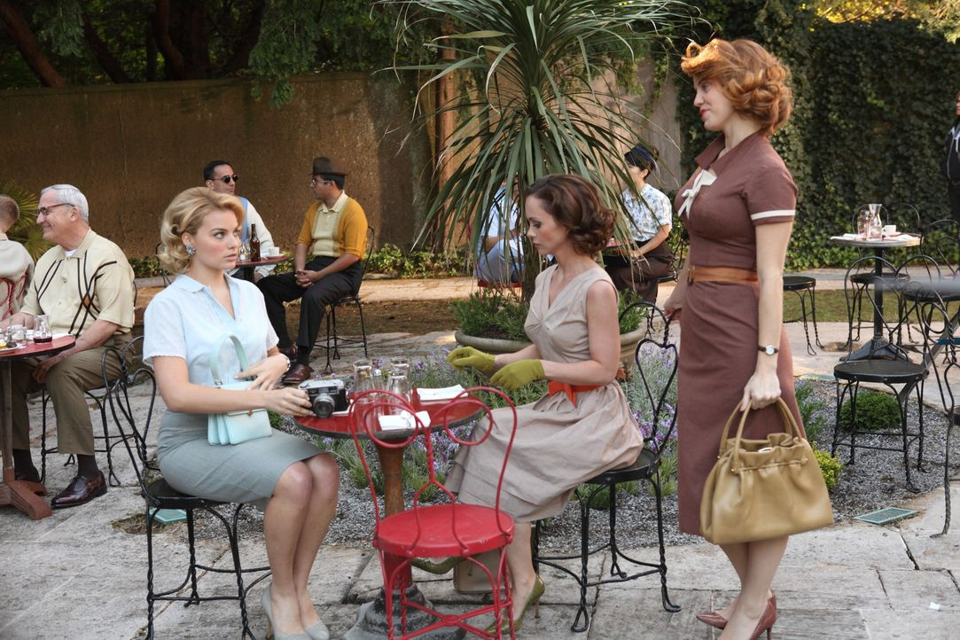 Ihre Zeit in Rom genießen Laura (Margot Robbie, l.), Maggie (Christina Ricci, M.) und Kate (Kelli Garner, r.) ungestört in einem Café. Denken sie... - Bildquelle: 2011 Sony Pictures Television Inc.  All Rights Reserved.