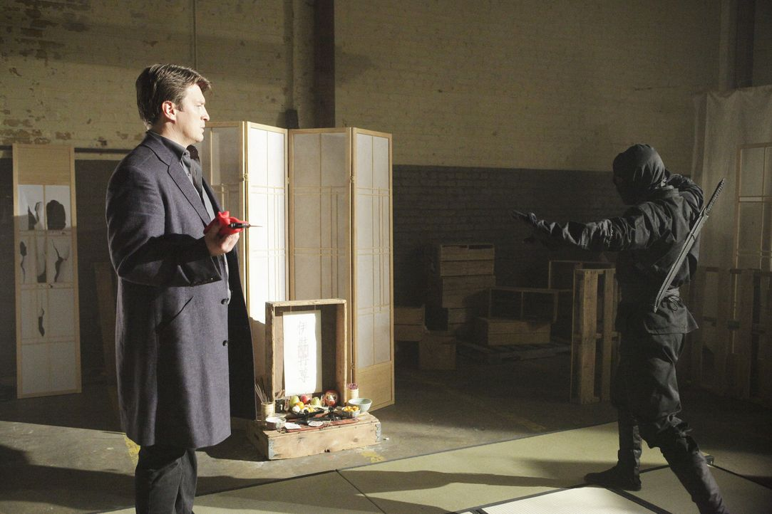 Bei den Ermittlungen in einem neuen Fall trifft Castle (Nathan Fillion, l.) auf einen Ninja (Darsteller unbekannt, r.). Doch was hat der damit zu tun? - Bildquelle: 2013 American Broadcasting Companies, Inc. All rights reserved.