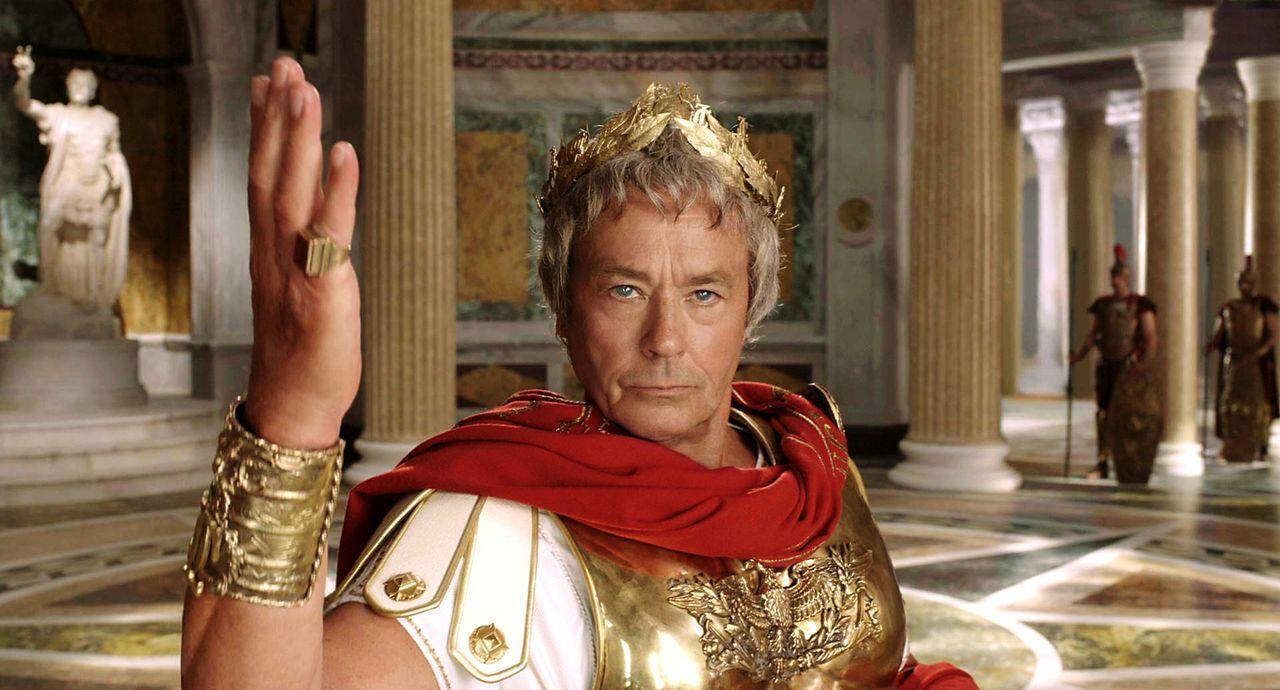 Feldherrn Gaius Iulius Caesar (Alain Delon) will dem Sieger der Olympischen Spiele Prinzessin Irina vermachen. Ein Chance für seinen hinterhältigen... - Bildquelle: Constantin Film