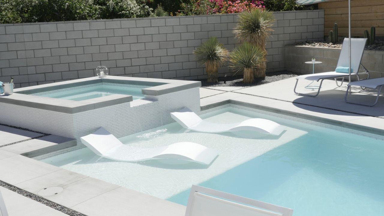 Zu einem Traumhaus in Palm Springs gehört natürlich auch ein großer Pool ... - Bildquelle: 2017,HGTV/Scripps Networks, LLC. All Rights Reserved