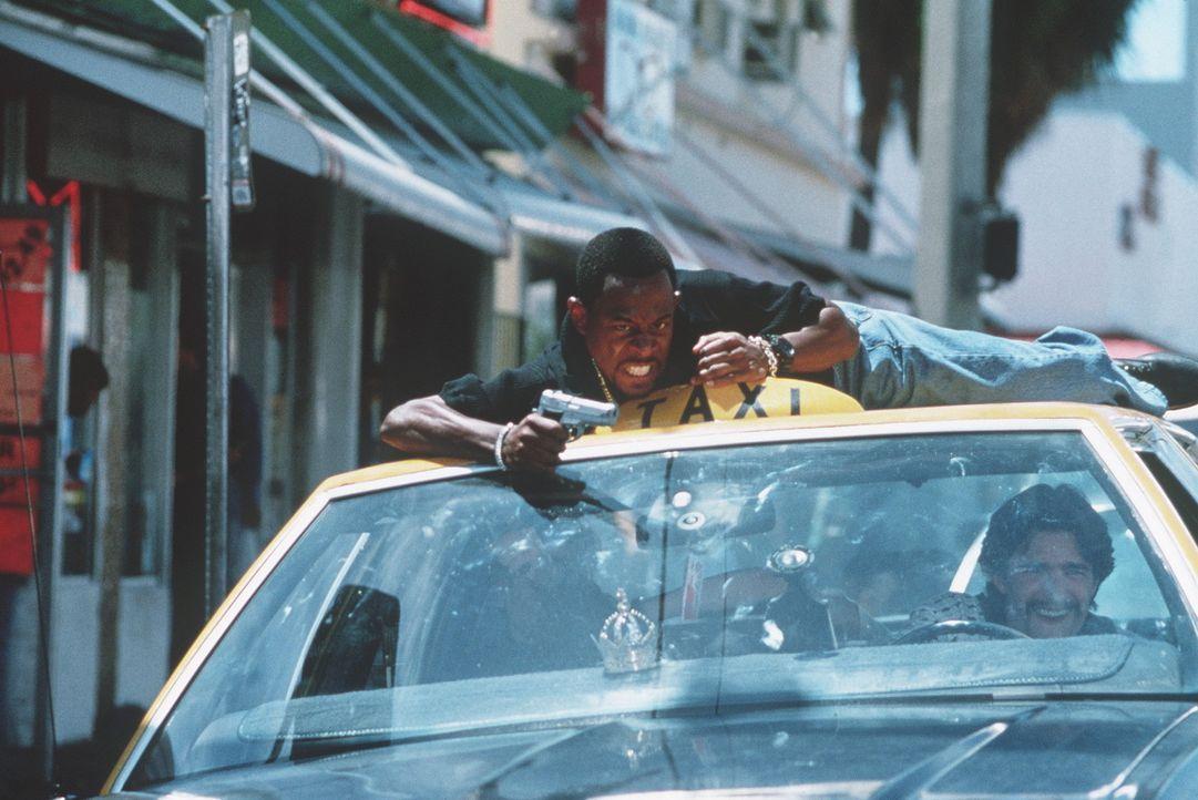 Durch eine Hölle von MP-Salven: Doch Marcus Burnett (Martin Lawrence, l.) und Casper (Frank John Hughes, r.) lassen sich nicht abschrecken ... - Bildquelle: 1995 Columbia Pictures Industries, Inc. All Rights Reserved.