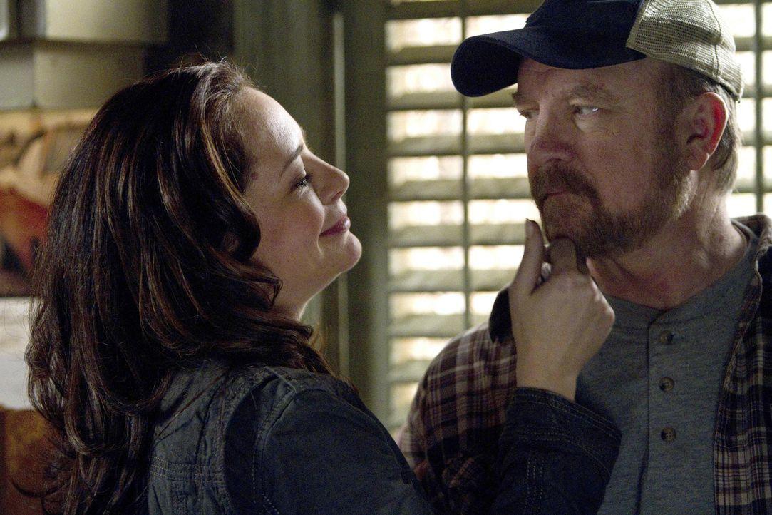 In der alternativen Zeitlinie lebt Ellen (Samantha Ferris, l.) tatsächlich mit Bobby (Jim Beaver, r.) zusammen, und für die Winchester-Brüder ersche... - Bildquelle: Warner Bros. Television
