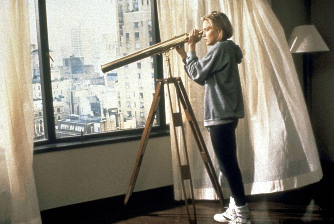 Als einige Mieter des Wolkenkratzers auf grausame Weise ermordet werden, wird die junge Carly (Sharon Stone) vorsichtig. Misstrauisch beobachtet sie... - Bildquelle: Paramount Pictures