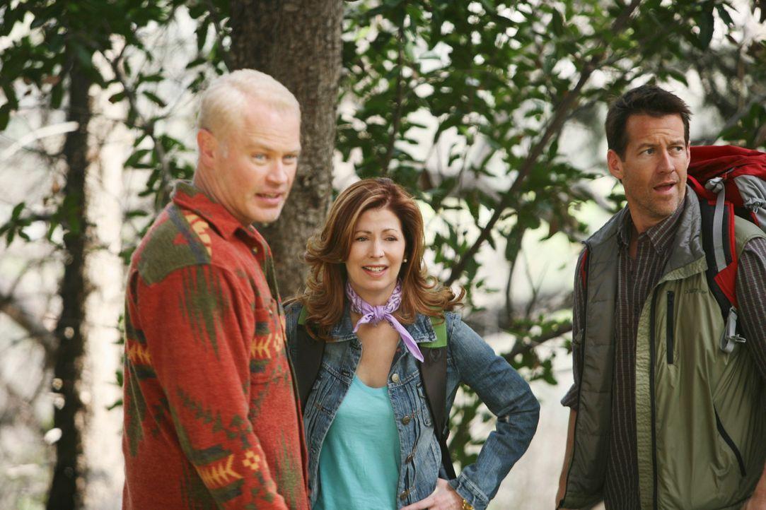 Um seinen Racheplan umzusetzen, überredet Dave (Neal McDonough, l.) Mike (James Denton, r.) und Katherine (Dana Delany, M.) mit ihm zum Campen zu ge... - Bildquelle: ABC Studios