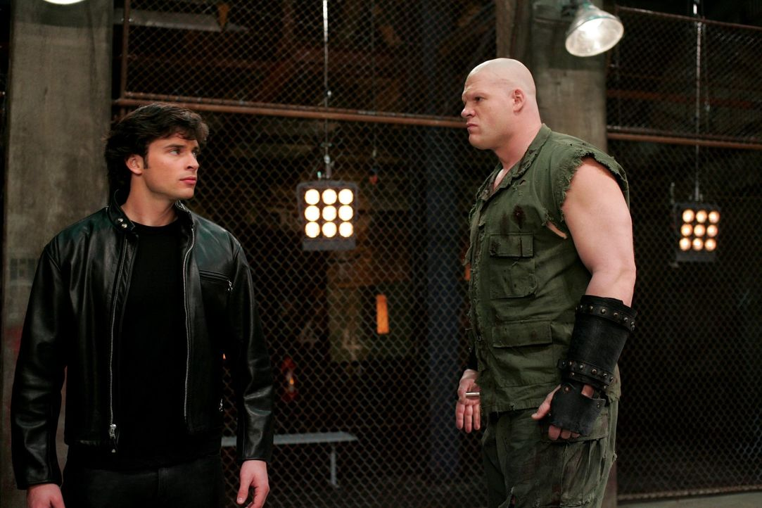 Ein Phantom tritt als Ringkämpfer auf und zerstört alle seine Gegner. Kann Titan (Glen Jacobs, r.) auch Clak besiegen? - Bildquelle: Warner Bros.