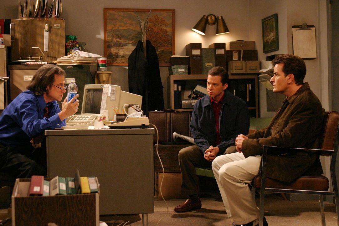 Durch sein etwas seltsames Auftreten sind Charlie (Charlie Sheen, r.) und Alan (Jon Cryer, M.) von Stan (Richard Lewis, l.) schockiert ... - Bildquelle: Warner Brothers Entertainment Inc.