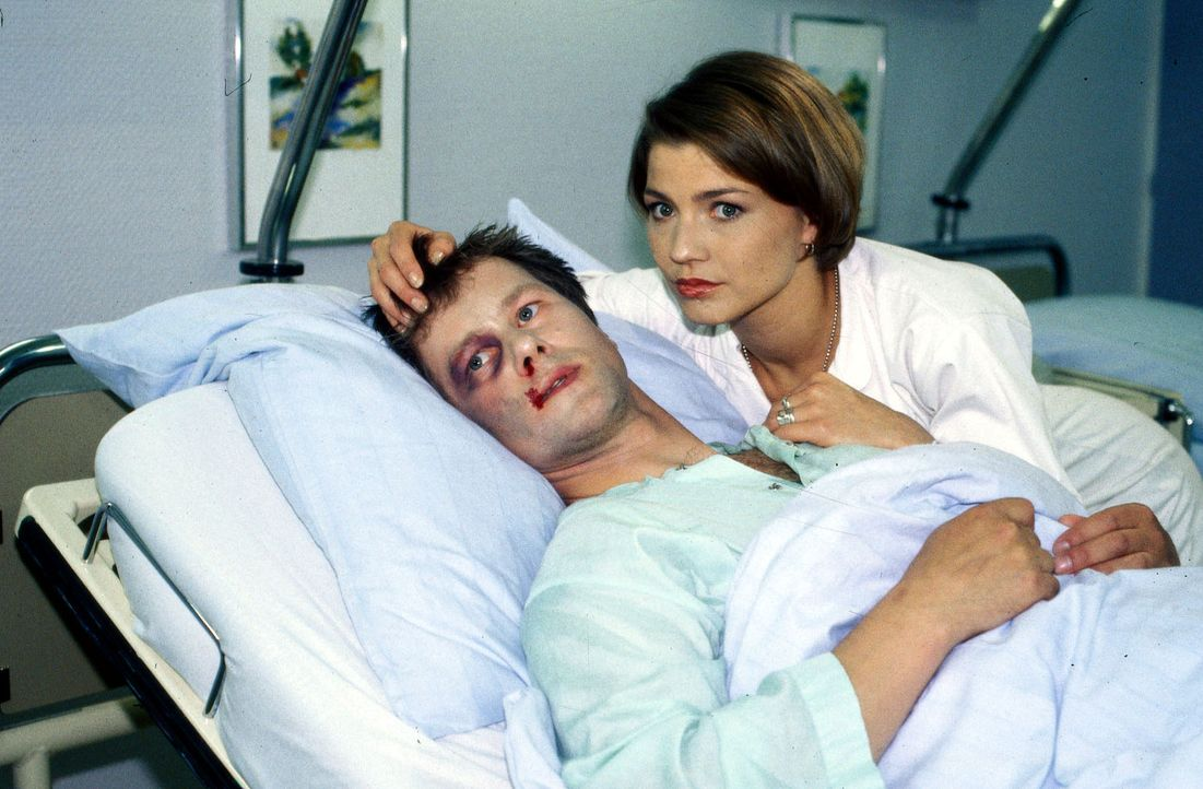 Lars Zirkowski (Jens Knospe, l.) hat seit dem Tod seiner Freundin Melinda Probleme und betäubt seinen Schmerz mit Alkohol. Stephanie (Claudia Schmu... - Bildquelle: Noreen Flynn Sat.1