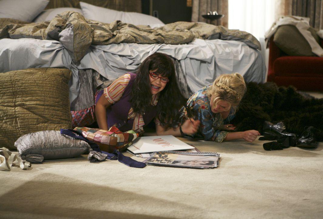 Betty (America Ferrera, l.) und Amanda (Becki Newton, r.) haben eine Idee ... - Bildquelle: Buena Vista International Television