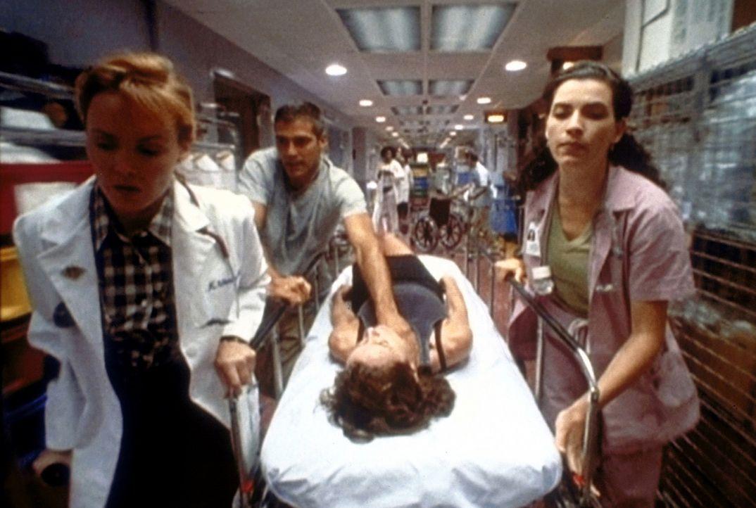 Dr. Ross (George Clooney, 2.v.l.) kämpft mit Weavers (Laura Innes, l.) und Hathaways (Julianna Margulies, r.) Hilfe um das Leben der Frau, mit der... - Bildquelle: TM+  WARNER BROS.