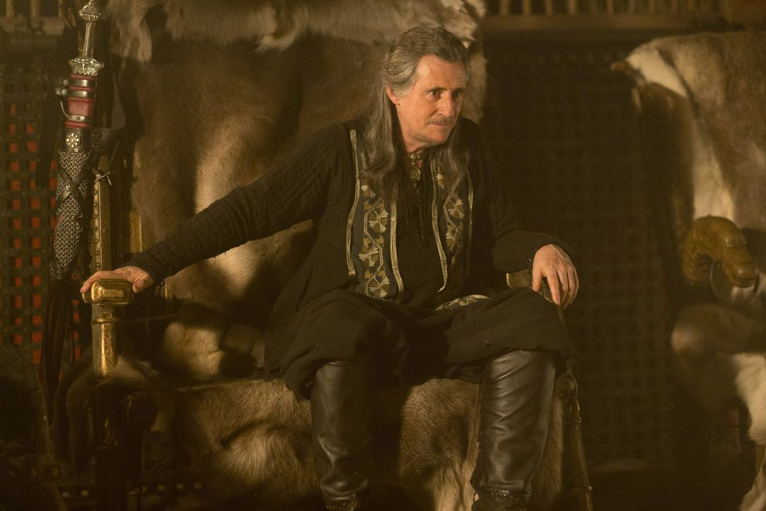 1. Staffel - Herrscht wie ein König über seine Untertanen: Wikinger-Stammesführer Earl Haraldson (Gabriel Byrne) ... - Bildquelle: Jonathan Hession 2013 TM TELEVISION PRODUCTIONS LIMITED/T5 VIKINGS PRODUCTIONS INC. ALL RIGHTS RESERVED.