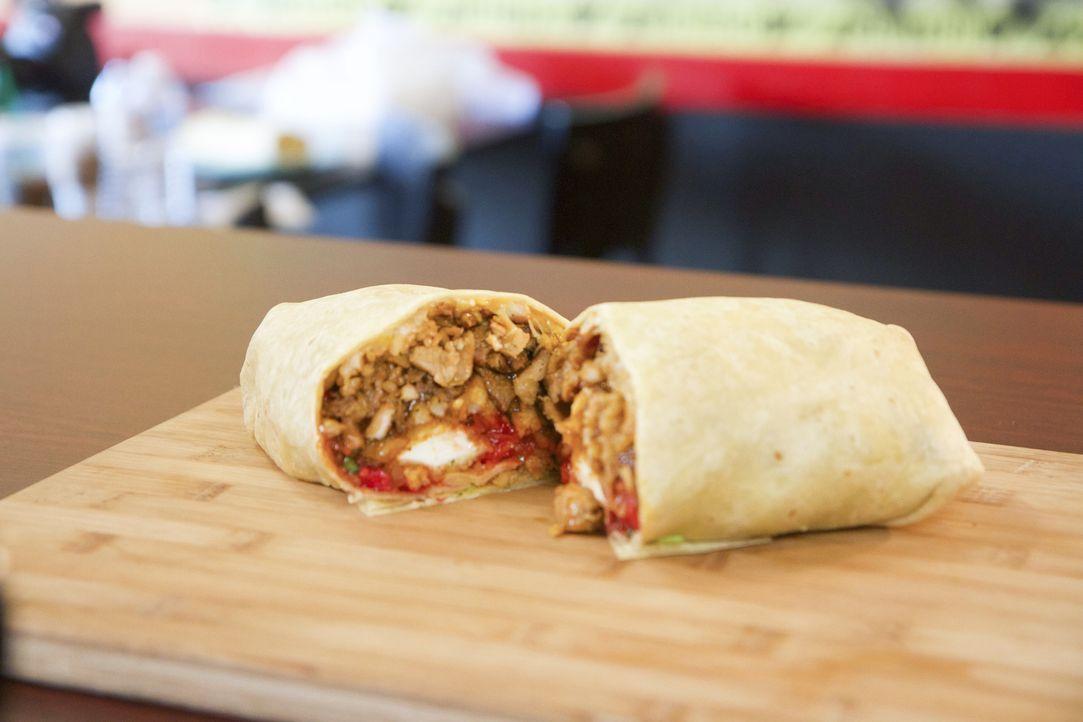"""Im """"Genkiyaki"""" in Los Angeles erwartet Casey der Zombie Burrito, der auch noch mit Buht-Jolokia Chili Sauce gespickt ist. Ob Casey da überhaupt eine... - Bildquelle: 2017, The Travel Channel, LLC. All Rights Reserved."""