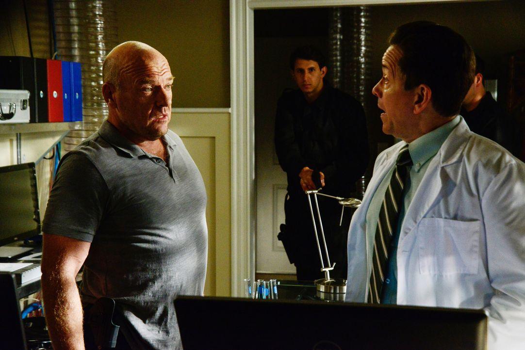 Dr. Marston (Frank Whaley, r.) tischt Big Jim (Dean Norris, l.) und Julia eine Geschichte über das Ei auf, doch Big Jim bleibt misstrauisch ... - Bildquelle: Brownie Harris 2015 CBS Studios Inc.