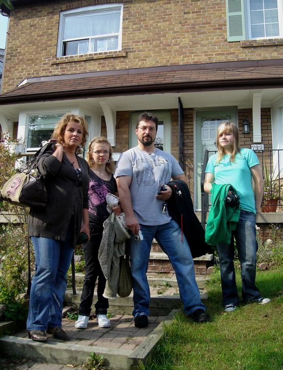 Ziehen aus der Kleinstadt in eine Millionenmetropole: Alexander Tenzer (2.v.r.), Kirsten Kolberg (l.) und ihre Kindern Lara (r.) und Justine (2.v.l.) ...