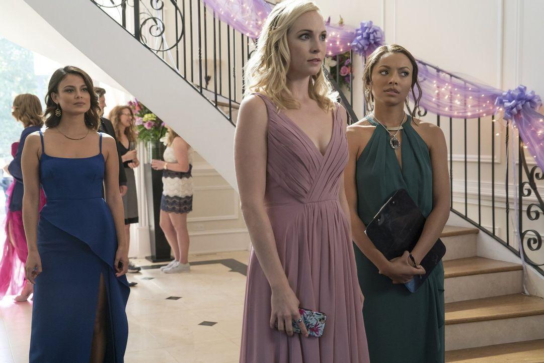 Caroline (Candice King, M.) und Bonnie (Kat Graham, r.) versuchen, die Teile einer mächtigen Waffe zusammenzubringen, während Sybil (Nathalie Kelley... - Bildquelle: Warner Bros. Entertainment, Inc.