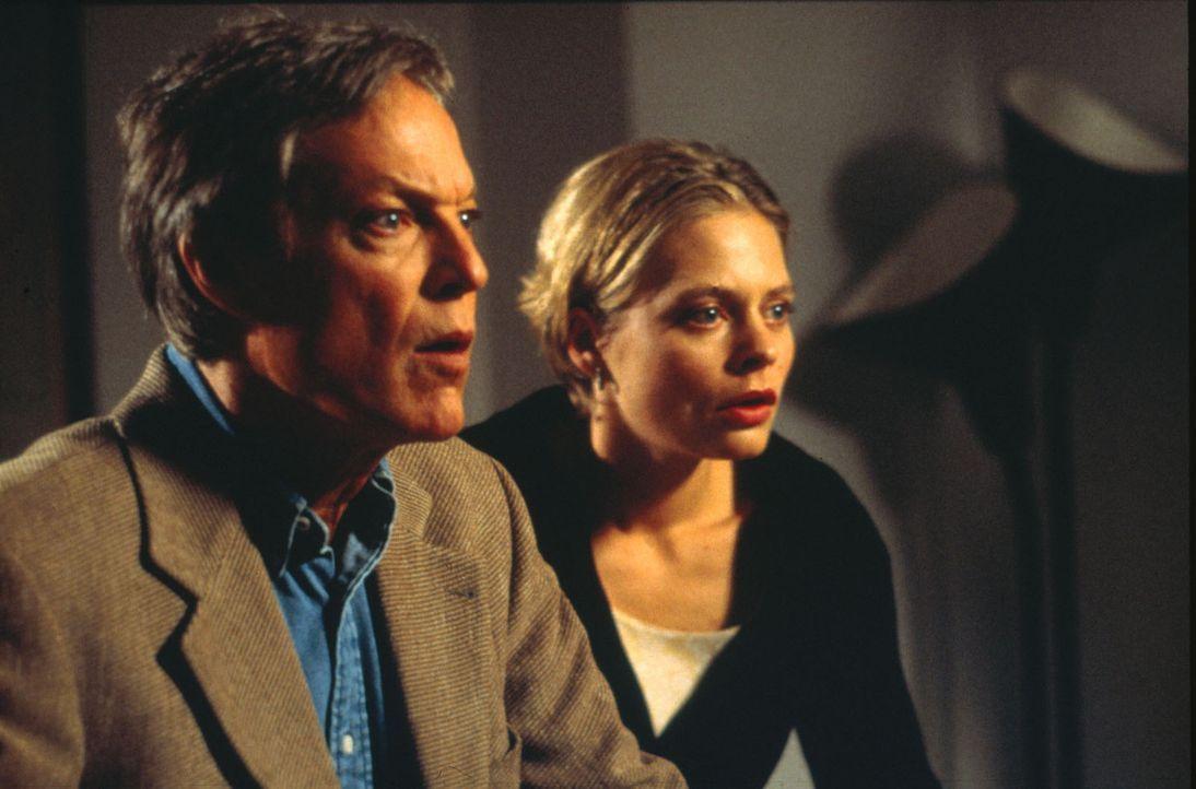 Der Geschäftsmann Andrew McCracken (Richard Chamberlain, l.) ist auf der verzweifelten Suche nach seiner Tochter Laurie, die vermutlichen bei dem ko... - Bildquelle: Alexandra Weiss SAT.1