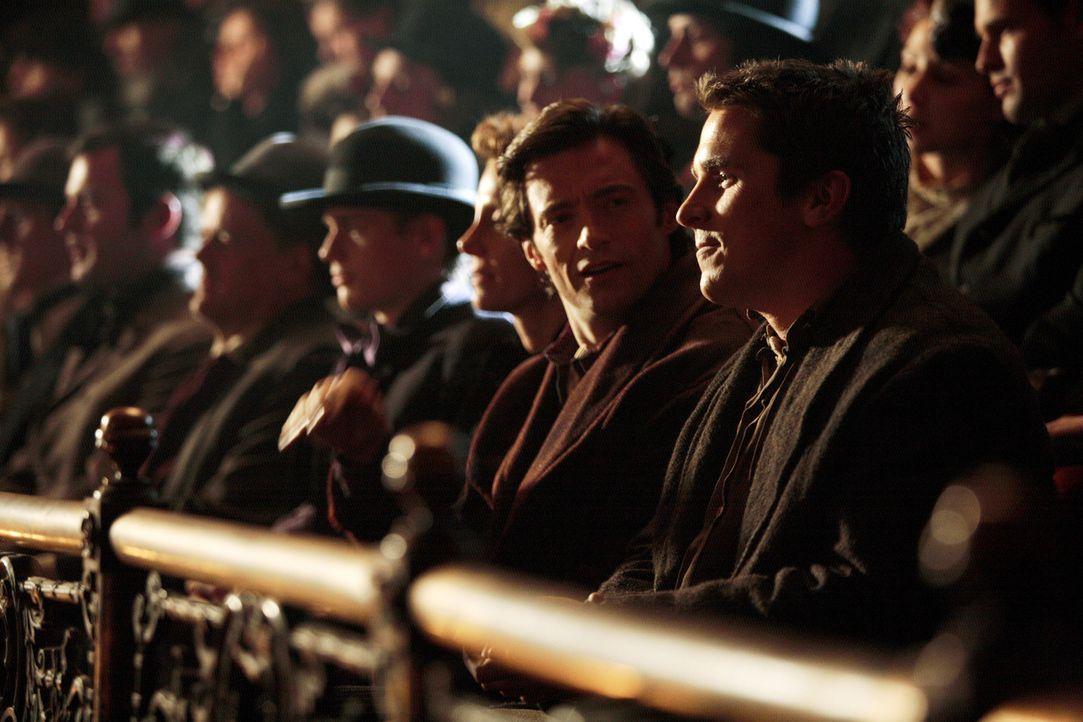 Die Zauberer Robert Angier (Hugh Jackman, 2.v.r.) und Alfred Borden (Christian Bale, r.) befinden sich zunächst in einem freundschaftlicher Wettstr... - Bildquelle: Warner Television