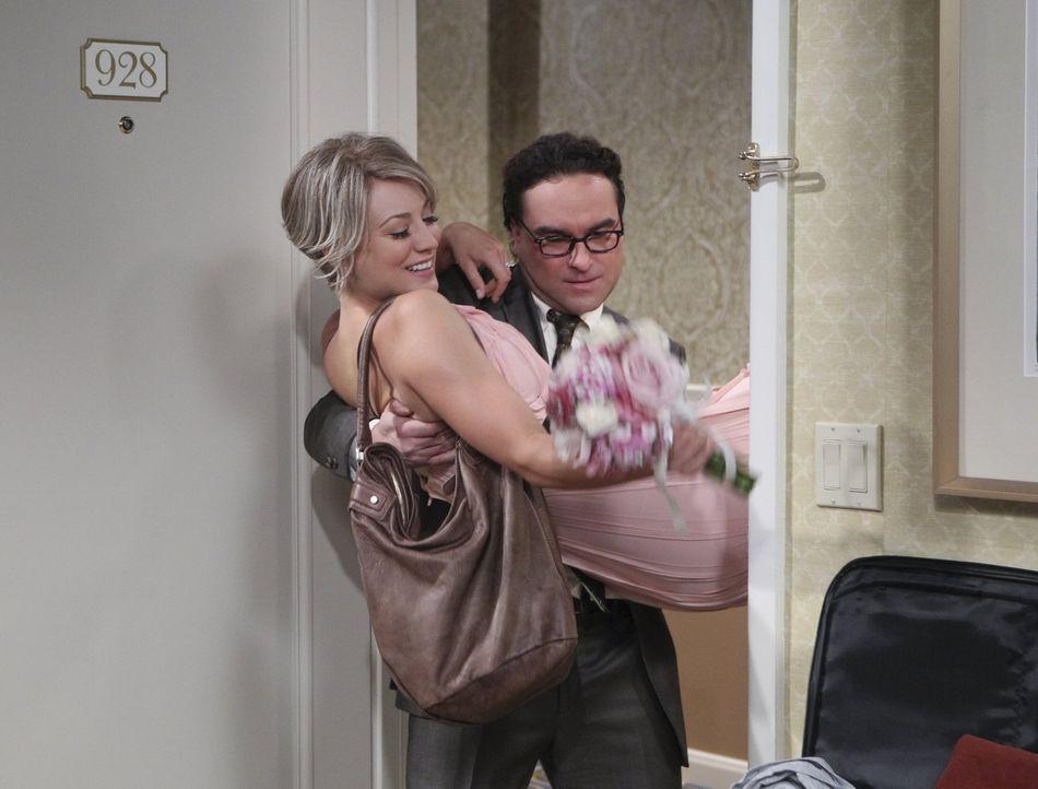 Obwohl Leonards (Johnny Galecki, hinten) Geständnis Penny (Mayim Bialik, vorne) schockt, beschließen die beiden nach Vegas zu fahren, um zu heiraten... - Bildquelle: Warner Brothers