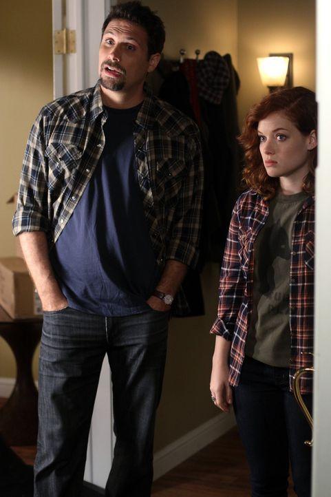 Bekommen überraschend Besuch: George (Jeremy Sisto, l.) und Tessa (Jane Levy, r.) ... - Bildquelle: Warner Bros. Television