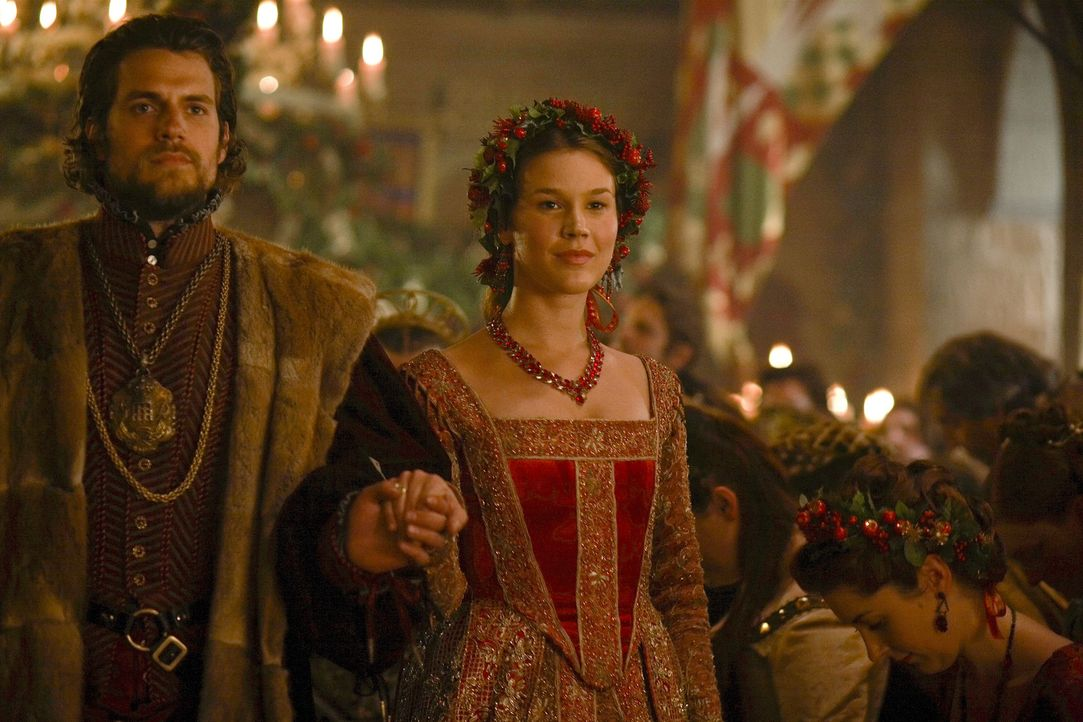 Weihnachten am Hofe des Königs: Charles Brandon (Henry Cavill, l.) und Anne of Cleves (Joss Stone, r.) ... - Bildquelle: 2010 TM Productions Limited/PA Tudors Inc. An Ireland-Canada Co-Production. All Rights Reserved.