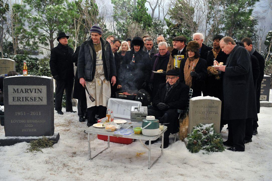 Am Neujahrstag steht Marshall (Jason Segel, vorne l.) am Grab seines geliebten Vaters, der vor einem Jahr verstorben ist. Er möchte ihm alles über... - Bildquelle: 20th Century Fox International Television