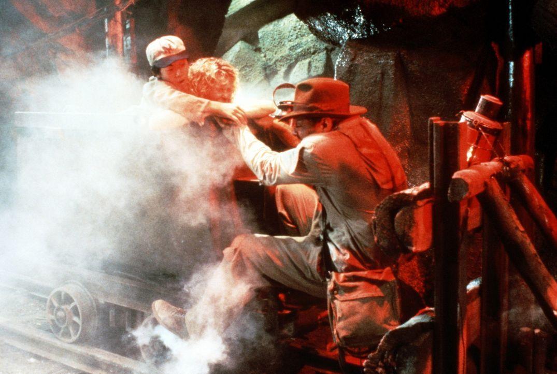 Mit Schusters Rappen versucht Indiana Jones (Harrison Ford, r.) die Lore, die gefährlich schwankend durch die unterirdischen Minen Achterbahn fähr... - Bildquelle: Paramount Pictures