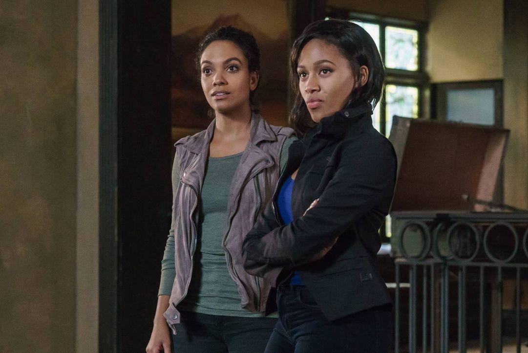 Als Abbie (Nicole Beharie, r.) ihrer Schwester Jenny (Lyndie Greenwood, l.) erzählt, dass sie ihren Vater ausfindig gemacht hat, entwickelt sich das... - Bildquelle: 2015-2016 Fox and its related entities.  All rights reserved.