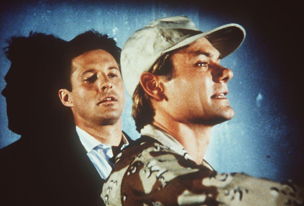 Lee (Bruce Boxleitner, l.) wird von einem Mitarbeiter des Geheimdienstes gefangengehalten. Warum nur?