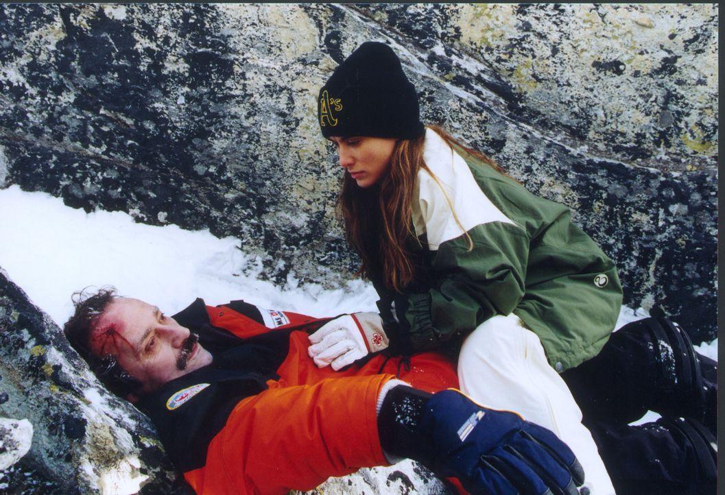 Die Fotografin Saskia (Idil Üner, r.) findet einen Toten in einer Gletscherspalte. Als sich aber die offiziellen Stellen des lauschigen Skiorts Flim... - Bildquelle: Sat.1