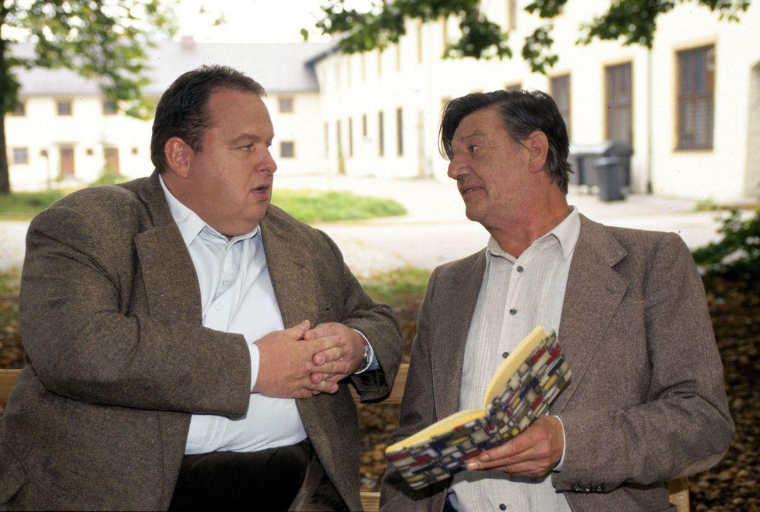 Benno Berghammer (Ottfried Fischer, l.) sucht bei Professor Roth (Hans Brenner, r.) nach einem möglichen Mordmotiv ... - Bildquelle: Magdalena Mate Sat.1
