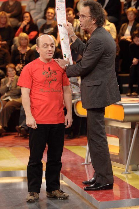 Genial daneben - Hugo Egon Balder (r.) hat die besten Comedians Deutschlands, darunter Bernhard Hoëcker (l.), zu Gast. - Bildquelle: Sat.1
