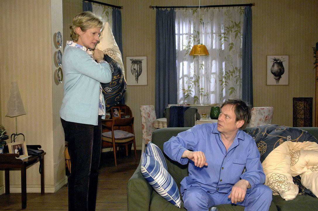 Armin (Rainer Will, r.) wird von Susanne (Heike Jonca, l.) auf das Sofa ausquartiert. - Bildquelle: Claudius Pflug Sat.1