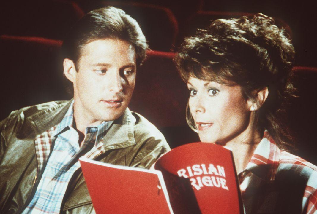 Suchen im Probenraum eines Theaters nach einem Landesverräter: Lee (Bruce Boxleitner, l.) und Amanda (Kate Jackson, r.) ...