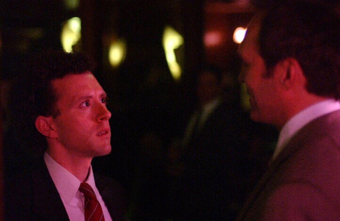 Hat Kip (TJ Thyne, l.) ein persönliches Problem mit dem Börsenmakler Charles (William Bumiller, r.)? - Bildquelle: Warner Bros. Television