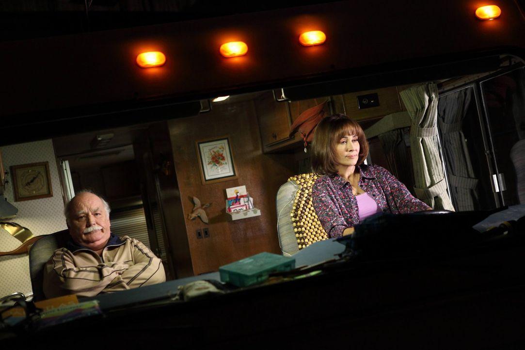 Für Frankie (Patricia Heaton, r.) und ihren Chef Mr. Elhert (Brian Doyle-Murray, l.) geht es zu einem Managementseminar. Das denkt zumindest Frankie... - Bildquelle: Warner Brothers