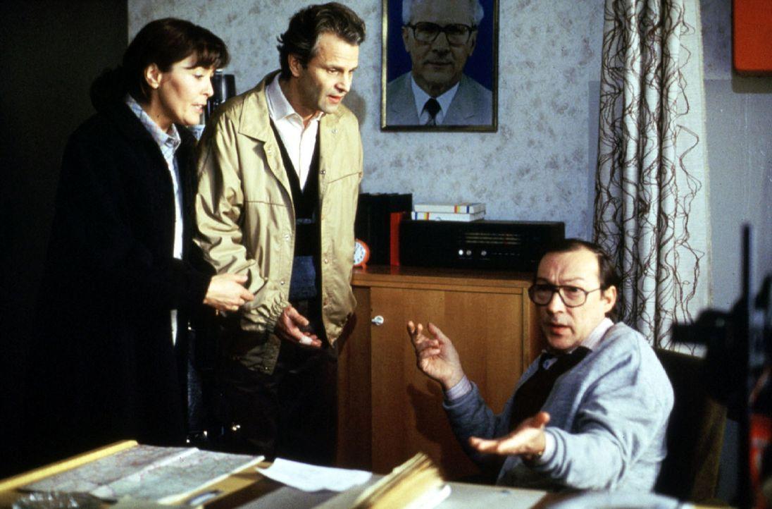 Vera Färber (Thekla Carola Wied, l.) und ihr Mann Jürgen (Peter Sattmann, M.) erkundigen sich bei dem zuständigen Kriminalisten (Jaecki Schwarz, r.)... - Bildquelle: Conny Klein Sat.1
