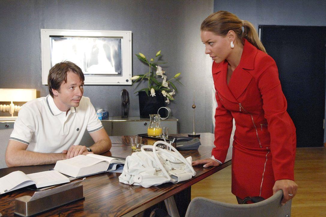 Katja (Karolina Lodyga, r.) teilt Dr. Lonnemann (Daniel Enzweiler, l.) ihre Entscheidung mit. - Bildquelle: Sat.1