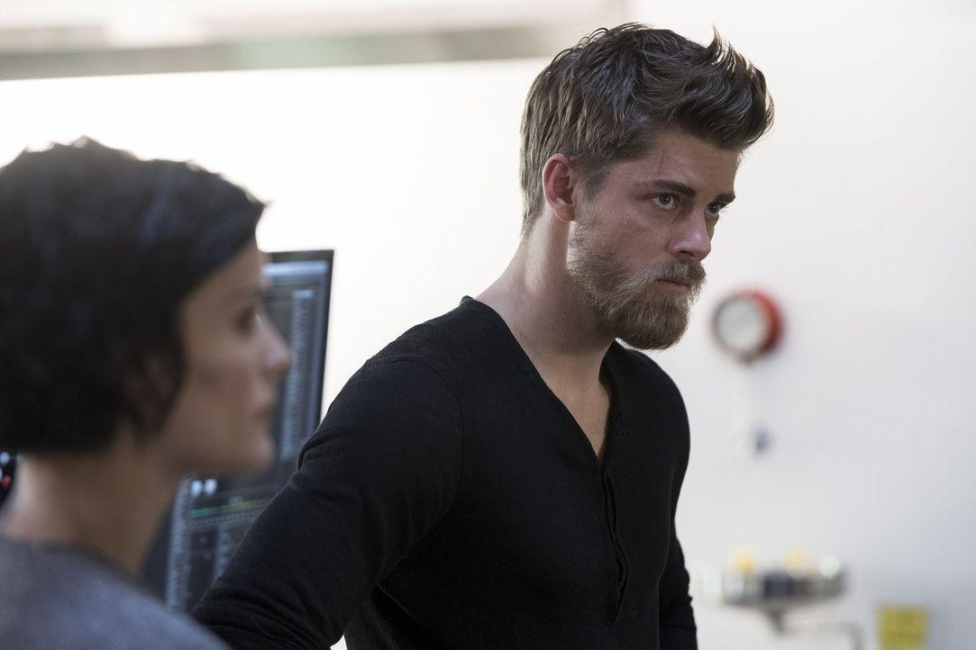 Als Jane (Jaimie Alexander, l.) erkennt, dass es Roman (Luke Mitchell, r.) noch schwer fällt, einen Neuanfang zu wagen, überredet sie ihre Kollegen,... - Bildquelle: Warner Brothers