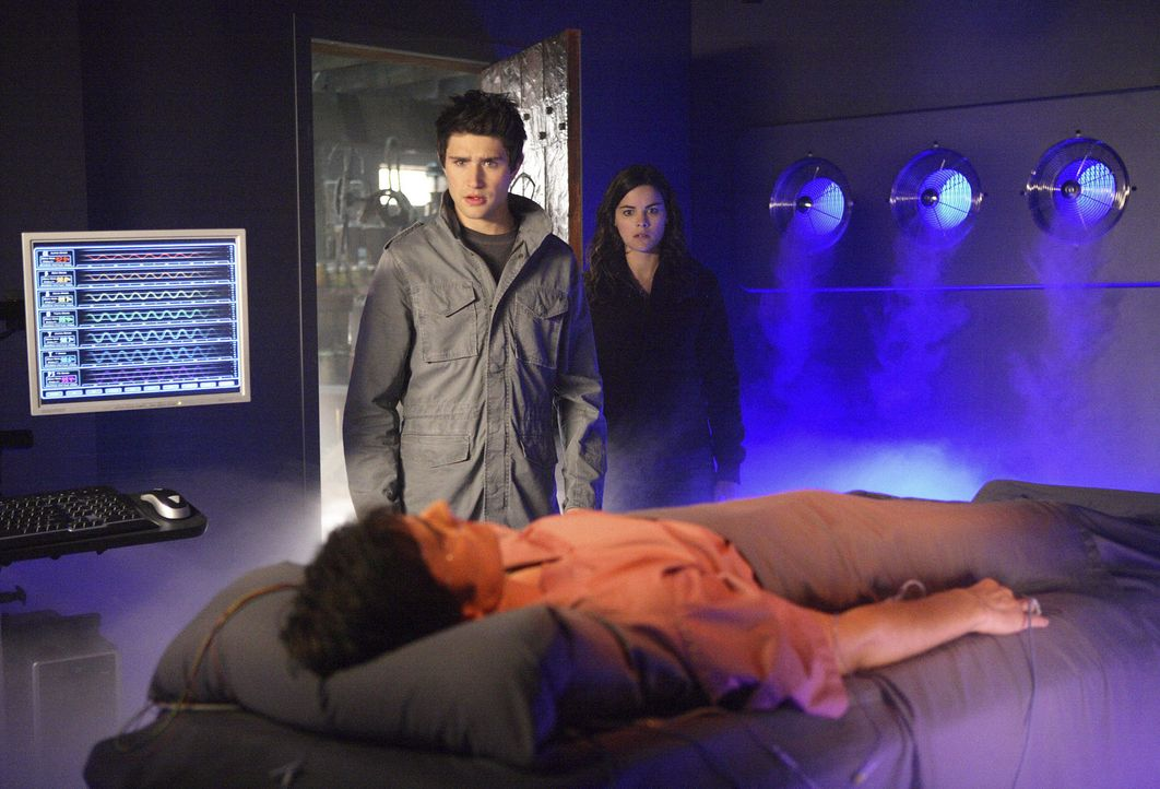 Ausgerechnet auf Adam Baylin (Eddie J. Peck, vorne) stoßen Kyle (Matt Dallas, l. ) und Jessi (Jaimie Alexander, r.), als sie in das verlassene Haus... - Bildquelle: TOUCHSTONE TELEVISION