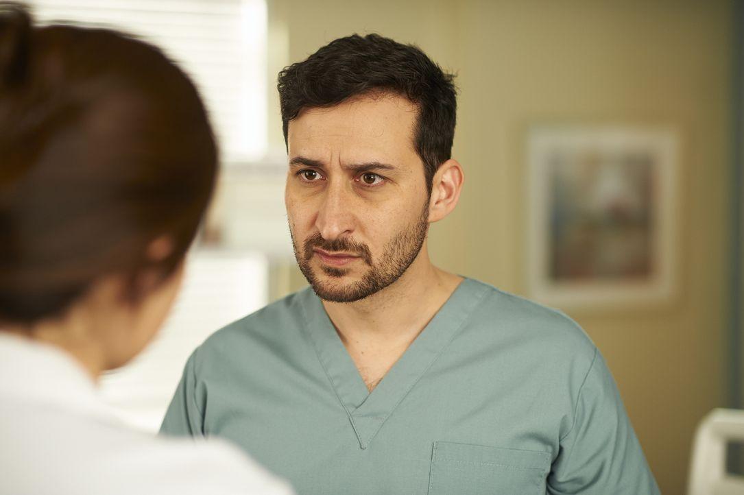 Hofft auf die Hilfe von Alex: Dr. Shahir Hamza (Huse Madhavji) ... - Bildquelle: 2013  Hope Zee Two Inc.