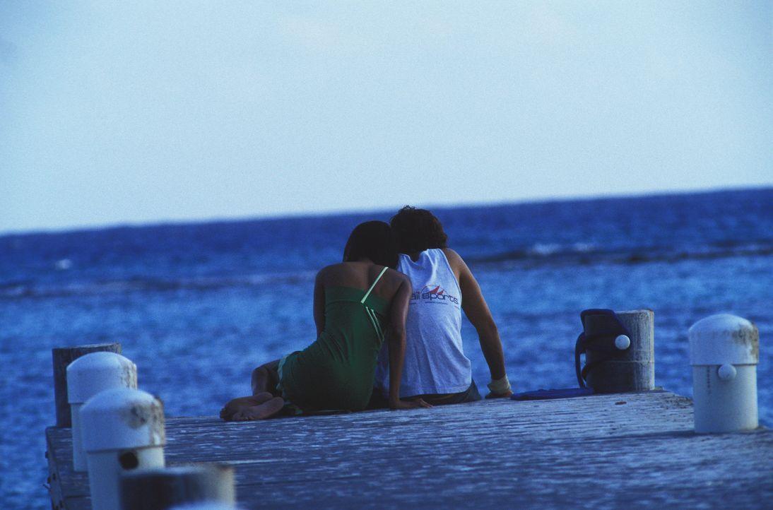 Kann die Liebe zwischen Shy (Orlando Bloom, r.) und Andrea (Zoe Saldana, l.) Bestand haben, wenn aus dem Paradies die Hölle wird? - Bildquelle: Syndicate Films