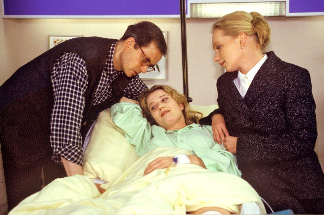 Die Pianistin Diana Fischer (Nina Franoszek, M.) ist nach einem schweren Autounfall ins Krankenhaus eingeliefert worden. Dort erfährt sie, dass ihr... - Bildquelle: Noreen Flynn Sat.1