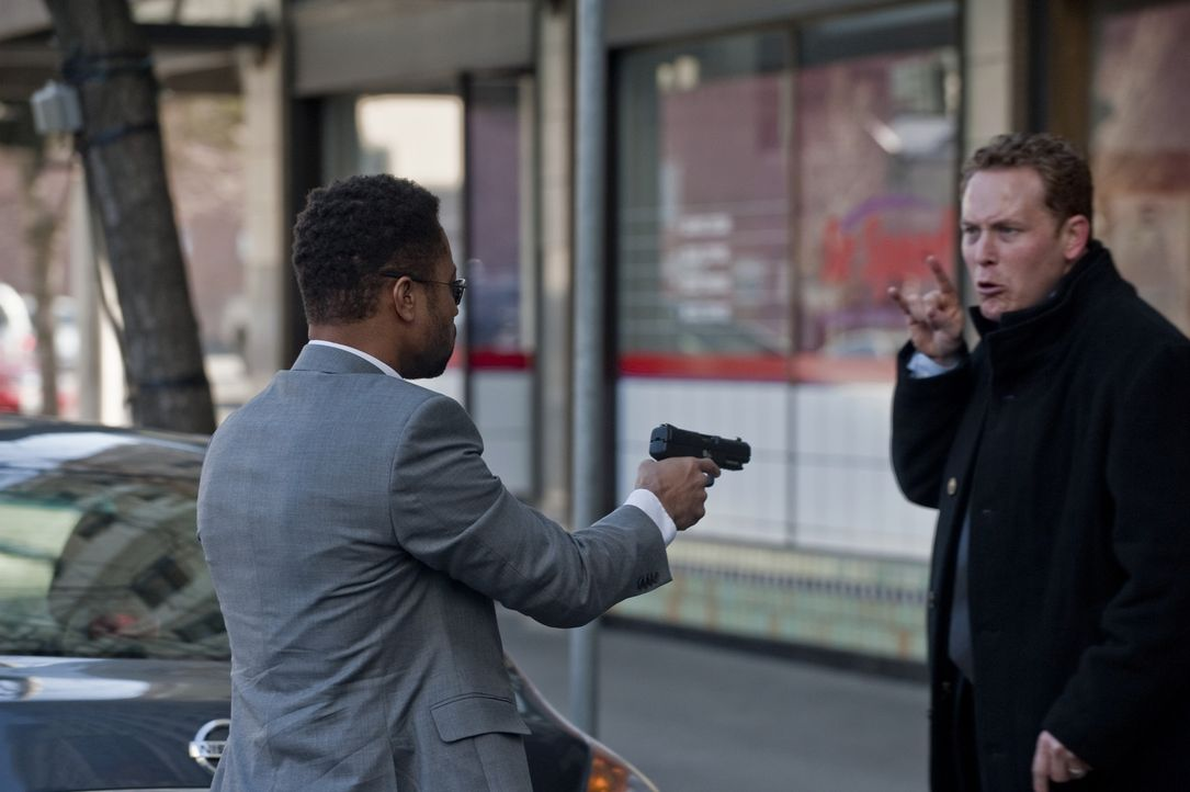 Kaum hat Allan (Cole Hauser, r.) den Killer Jonas Arbor (Cuba Gooding Jr., l.) kennengelernt, da wird er auch schon in ein mörderisches Spiel gezoge... - Bildquelle: 2011 Sony Pictures Worldwide Acquisitions Inc. All Rights Reserved