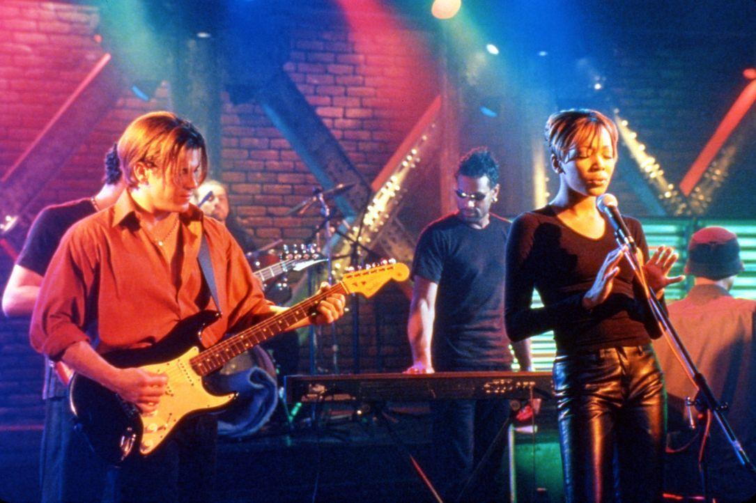 Als der Gitarrist und arme Lebenskünstler Billy (Christian Kane, l.) die reiche Camille (Monica Arnold, r.) kennen lernt, erkennt er bereits nach k... - Bildquelle: TM &   2003 Paramount Pictures Corporation