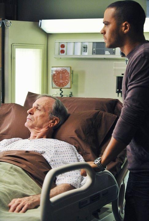 Der berühmte Harper Avery (Chelcie Ross, l.) wird mit undefinierbaren Oberbauchschmerzen eingeliefert. Jackson (Jesse Williams, r.) ist darüber nich... - Bildquelle: Touchstone Television