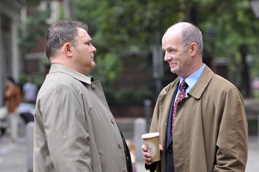 Det. Nick Vera (Jeremy Ratchford, l.) schildert Lt. John Stillman (John Finn, r.) seine Sicht der Dinge ... - Bildquelle: Warner Bros. Television